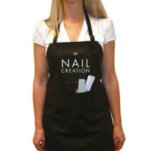 Mooi zwart Nail Creation schort. Verkrijgbaar in 1 maat. Geschikt voor wasmachine.